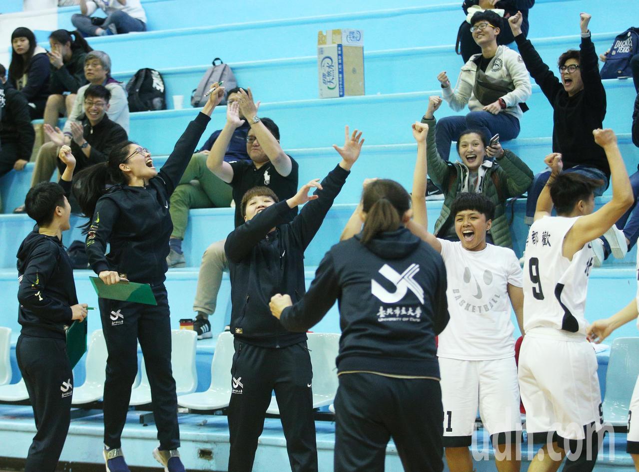 UBA女籃/北市下午出戰佛光大,北市大最終以86:81拿下勝利,全隊歡呼慶祝。記...
