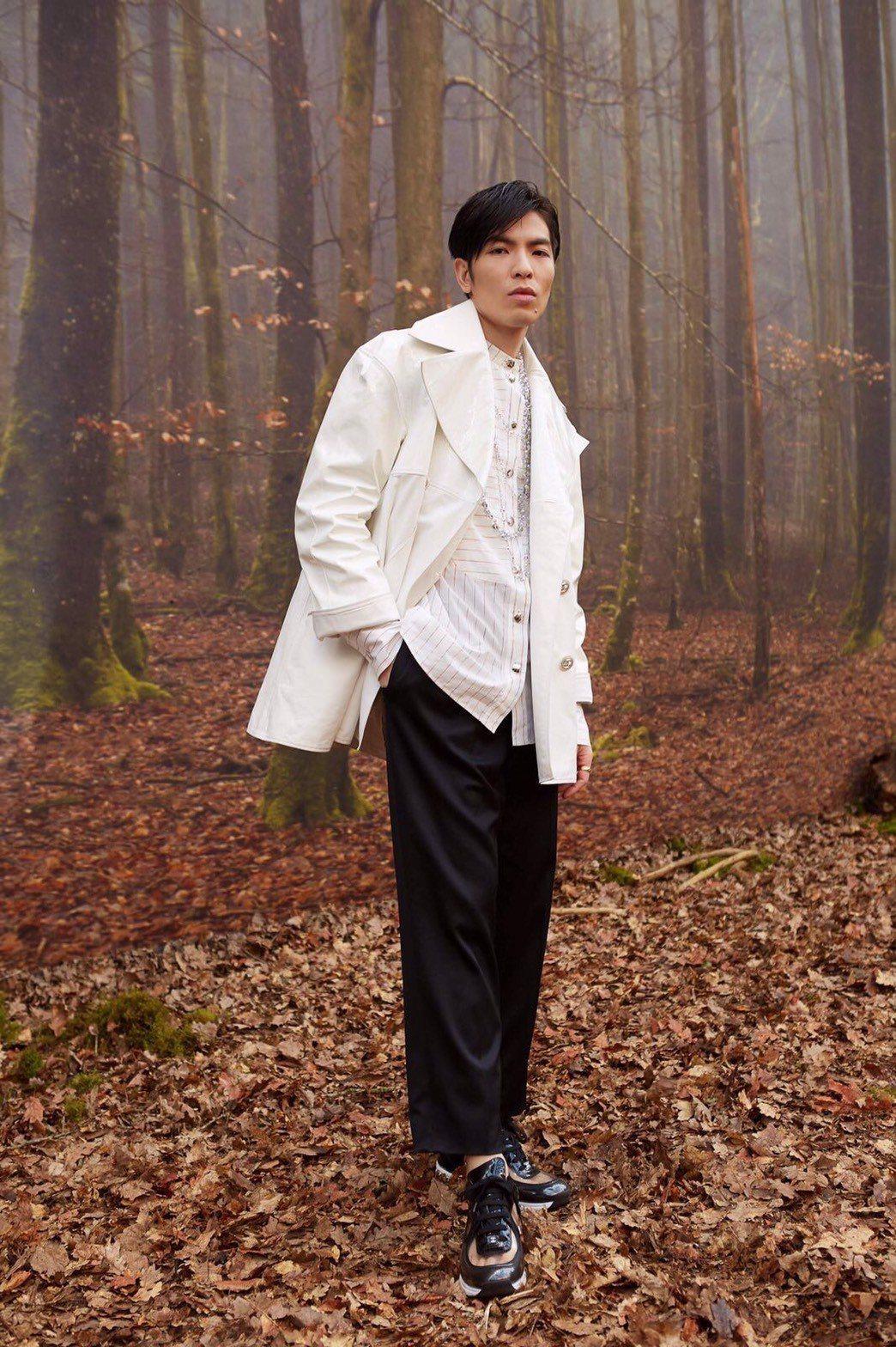 蕭敬騰這回選擇以香奈兒春夏系列的白色皮革拼接大衣現身秀場,並搭配同系列幻彩水晶多...
