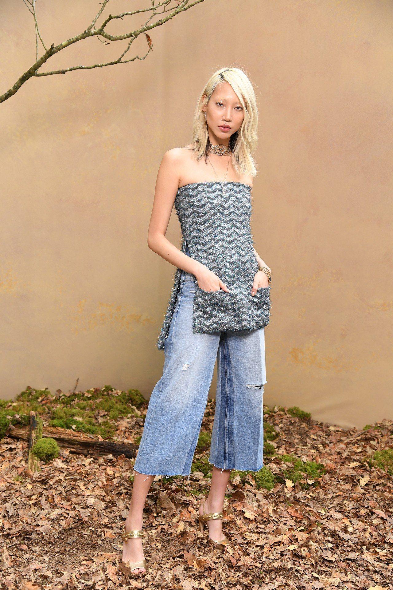朴秀珠則是挑了藍色亮片刺繡平口上衣另搭牛仔寬褲,清爽有型。圖/香奈兒提供