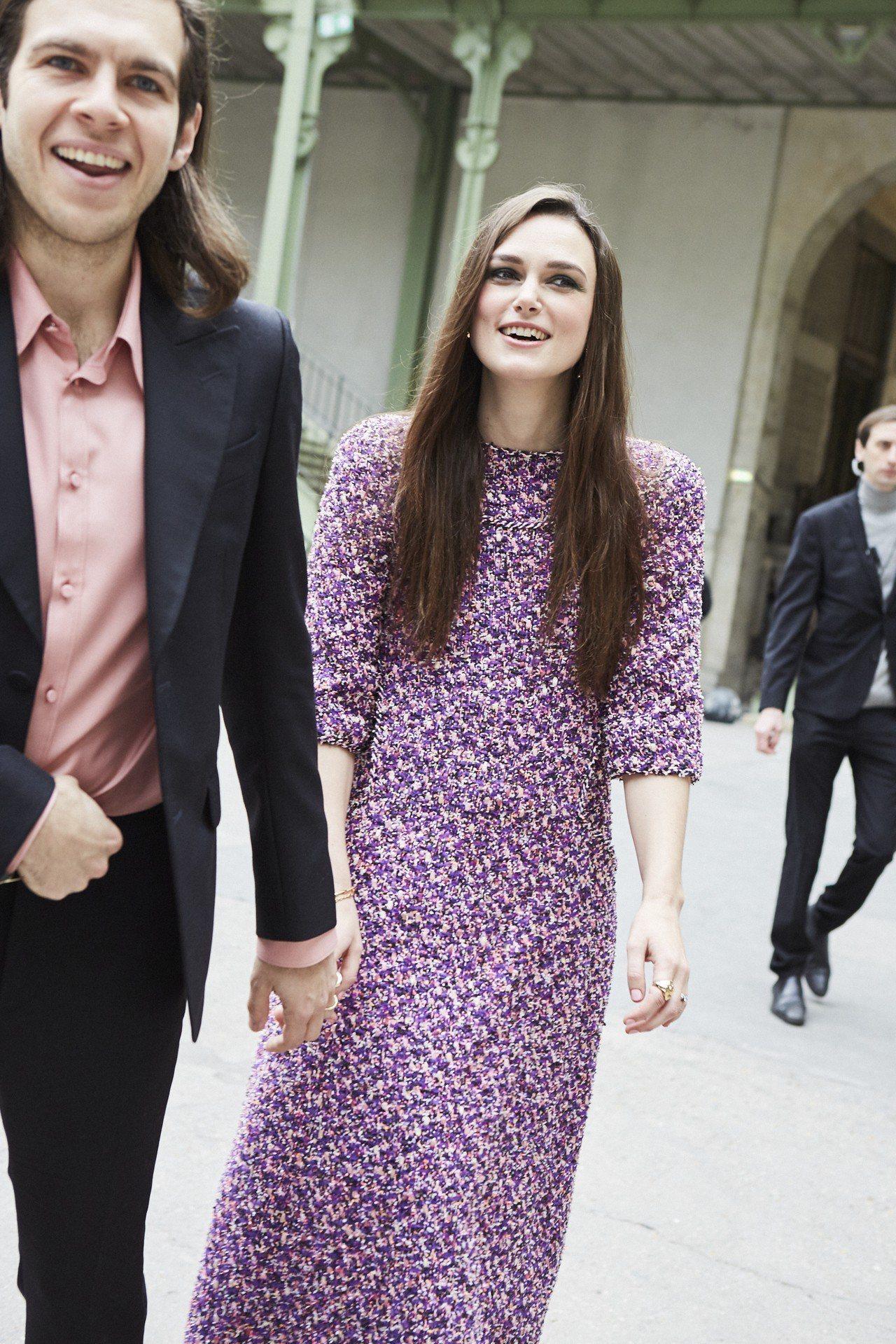 綺拉奈特莉穿著香奈兒2018春夏高級訂製服系列紫粉色斜紋軟呢長版洋裝。圖/香奈兒...