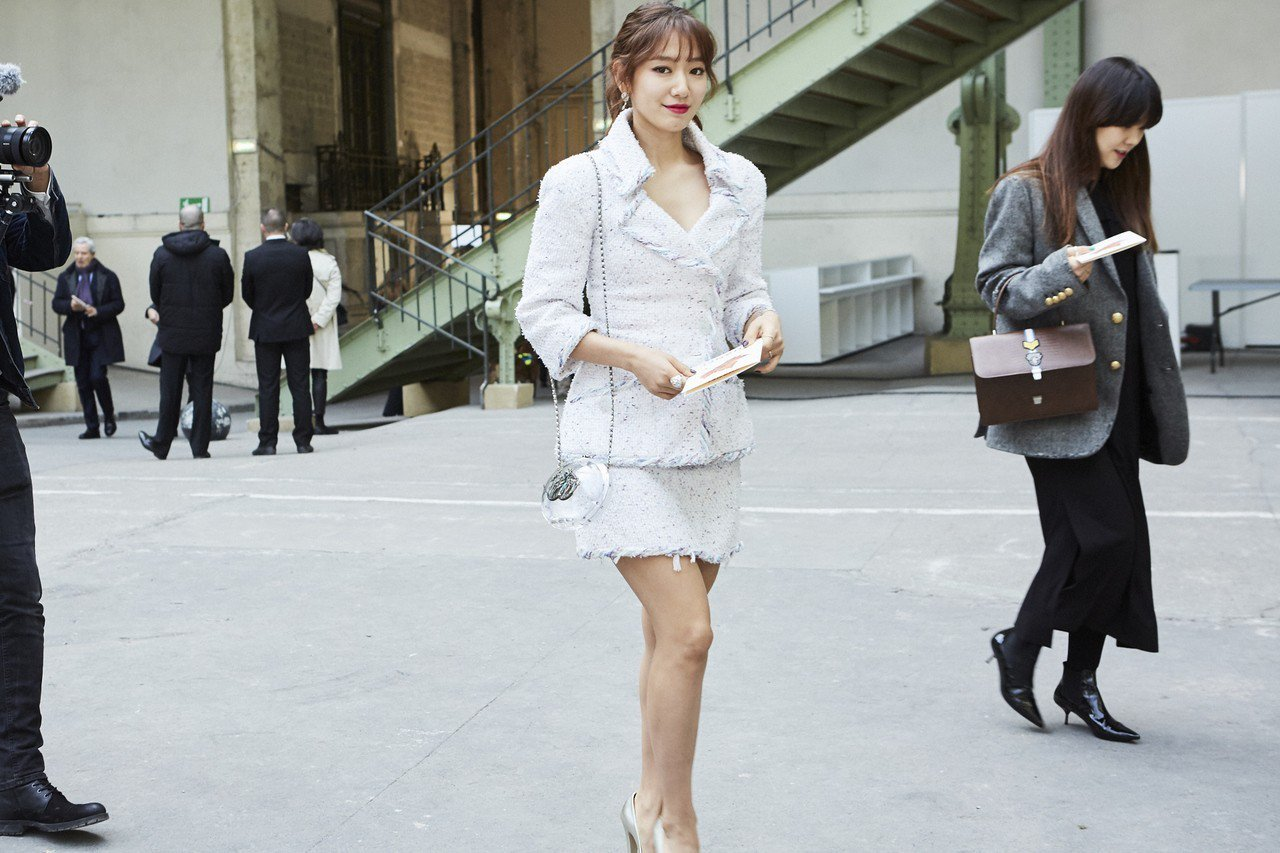 韓國女星朴信惠以一身白色亮片斜紋軟呢套裝穿出淑女風。圖/香奈兒提供