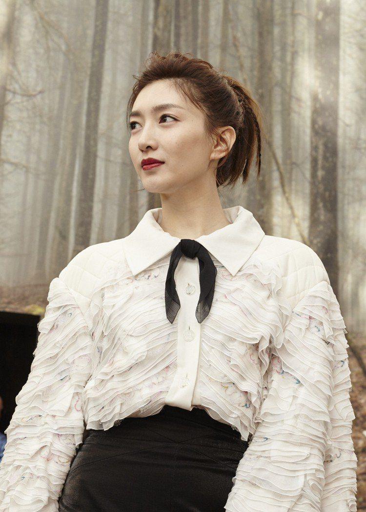 江疏影穿絲質皺綢上搭配羊毛短裙,俐落典雅。圖/香奈兒提供