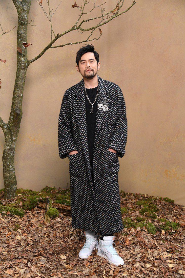 周杰倫則是穿著香奈兒黑白相間斜紋軟呢長大衣搭香奈兒配件與項鍊,深色調的長袍和他蓄...