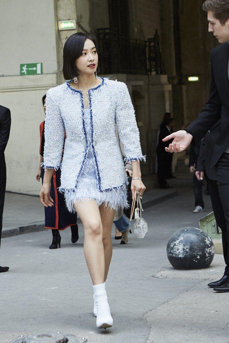 大陸女星宋茜穿香奈兒春夏藍色流蘇斜紋軟呢外套搭配同款洋裝。圖/香奈兒提供