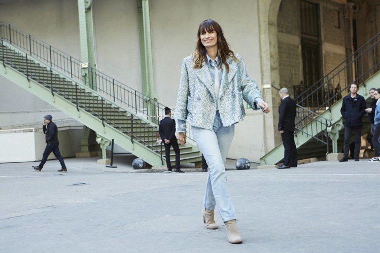 卡洛琳德麥格雷特穿著香奈兒2018春夏系列藍色單寧夾克配藍綠色金蔥斜紋軟呢外套。...