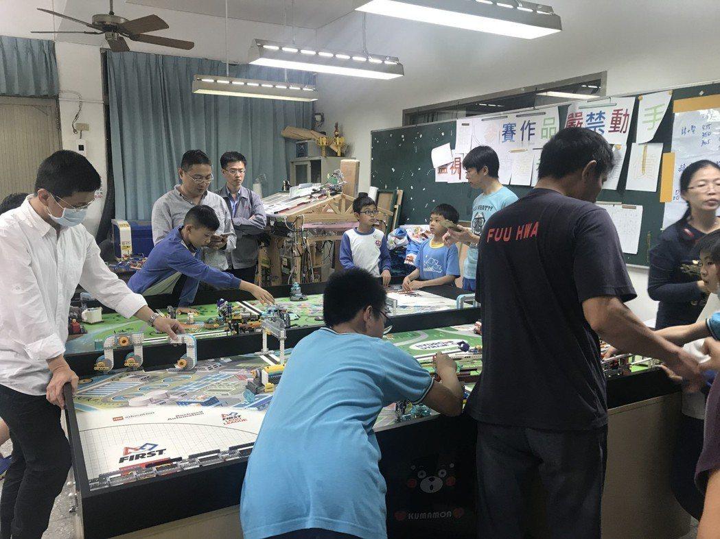 台南海東國小機器人後援會協助學校設計相關課程,並培訓孩子參與比賽,獲得肯定。圖/...