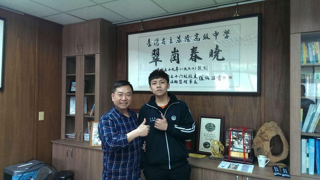 基隆高中校長張智惟特別表揚學生黃至慶(右),感謝他拾金不昧。圖/基隆高中提供