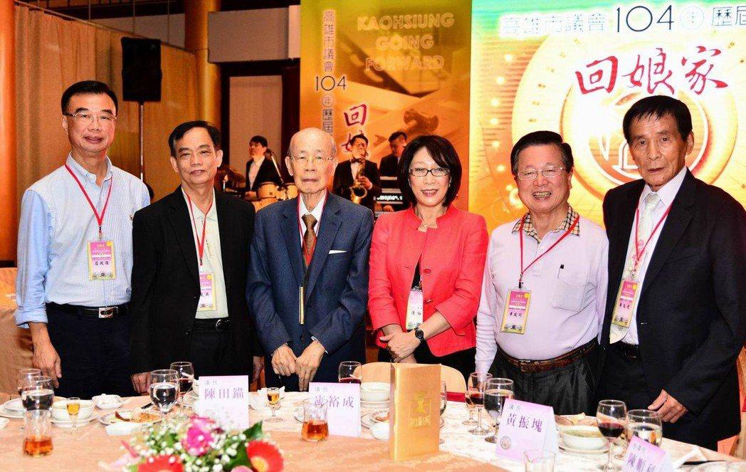 高市前議長陳田錨(左3)今天下午過世,享夀91。圖/高雄市議會提供