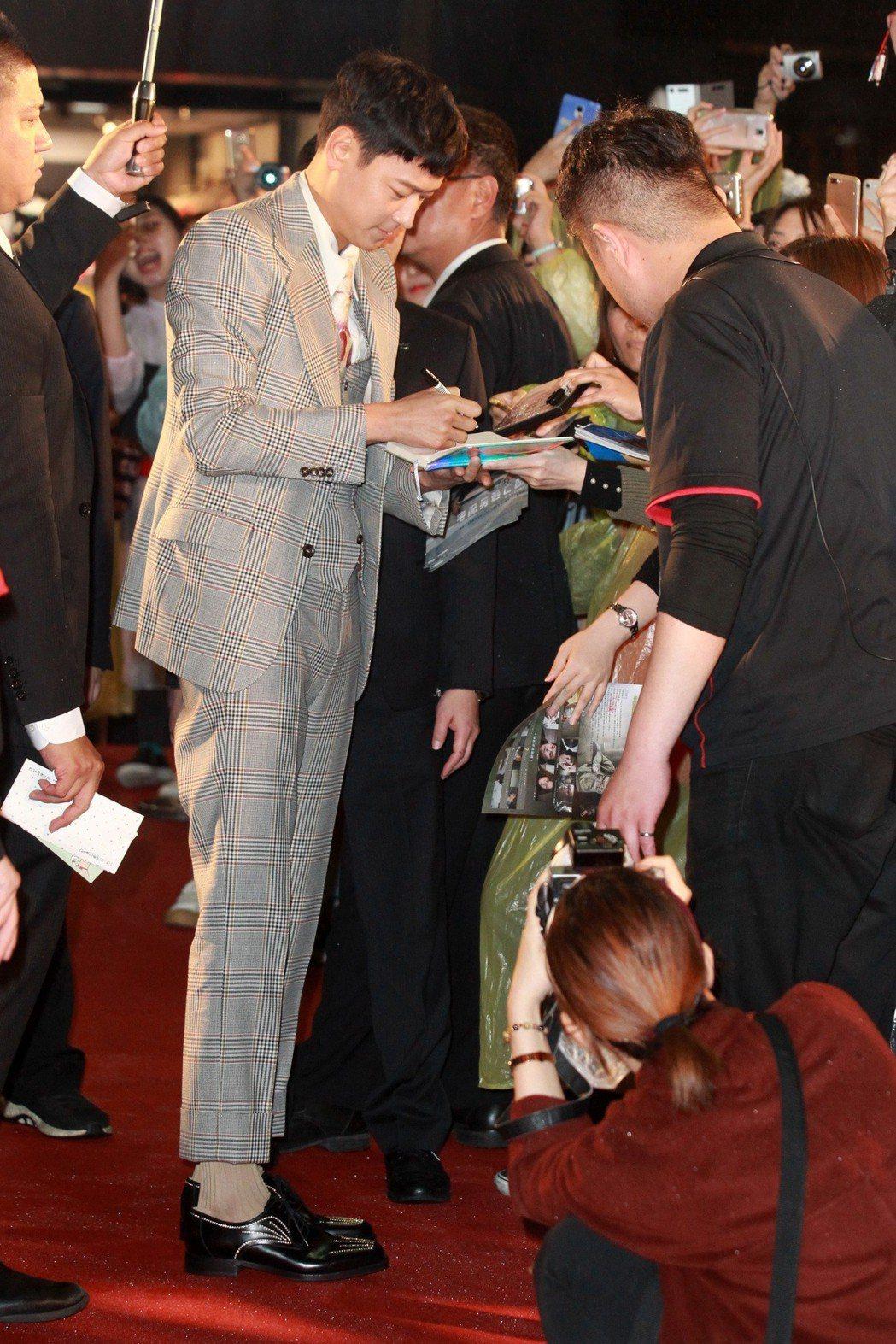 韓國民眾公認「四大公共財」的藝人姜棟元來台參加電影《宅配男逃亡曲》首映會,並在首...