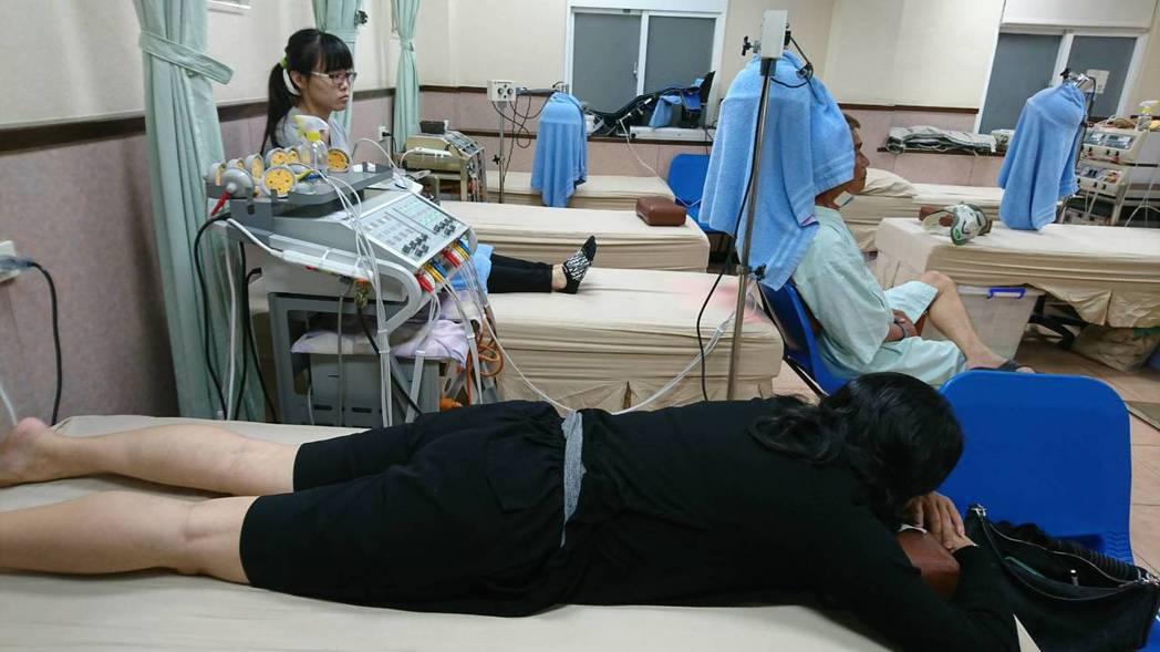 婆婆媽媽們平日忙於工作和家務,忘了幫脊椎和關節「抗老化」,骨科門診和復健室患者有...