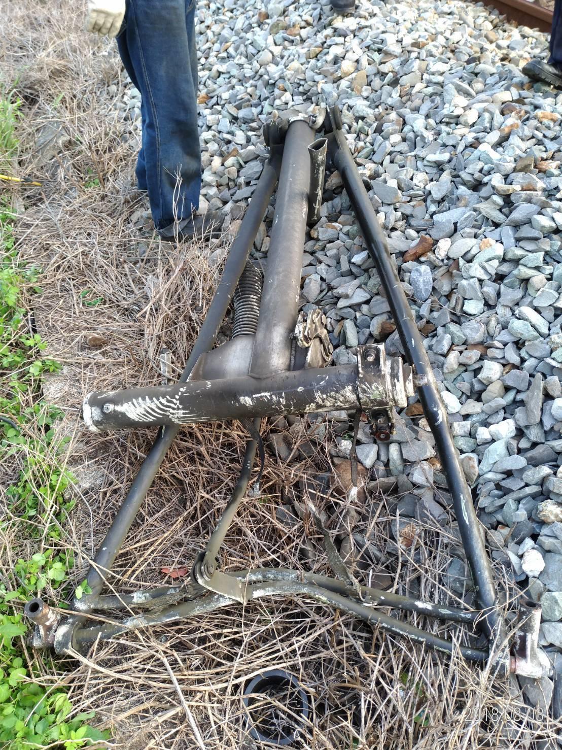 本月3日台鐵民雄站電車線斷落,經調查並非燃燒稻草所致。圖/台鐵局提供