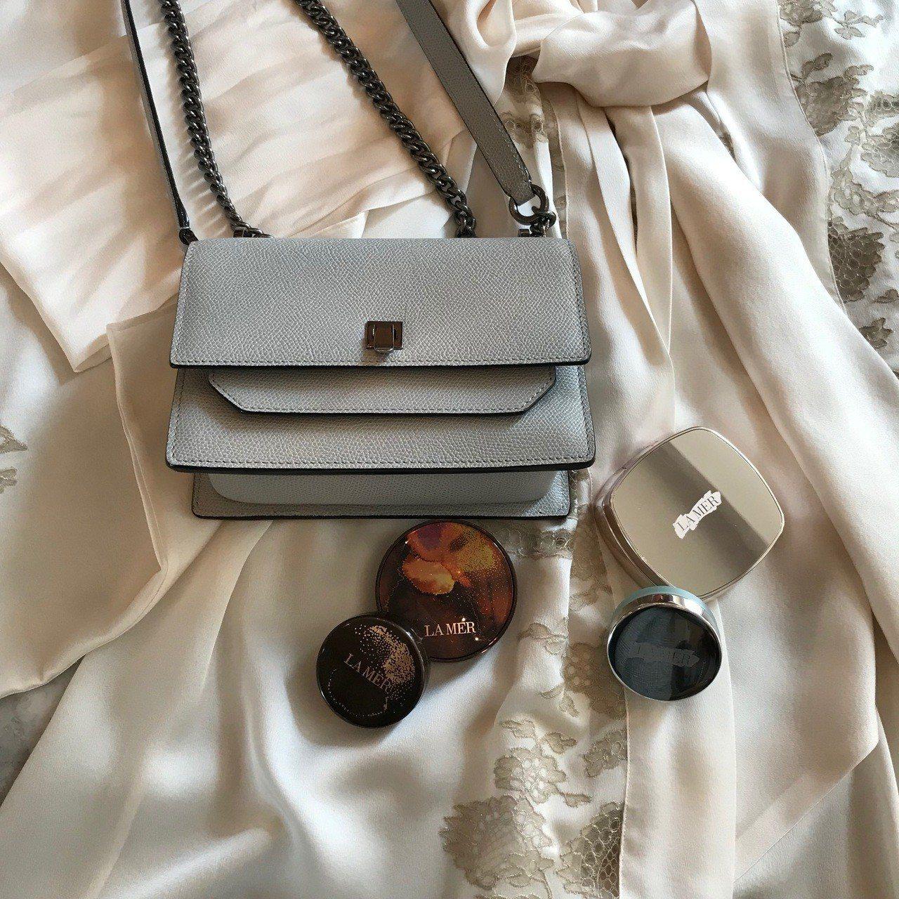 海洋拉娜奇蹟煥采氣墊粉霜擁有精緻的銀色外盒包裝。記者江佩君/台北報導