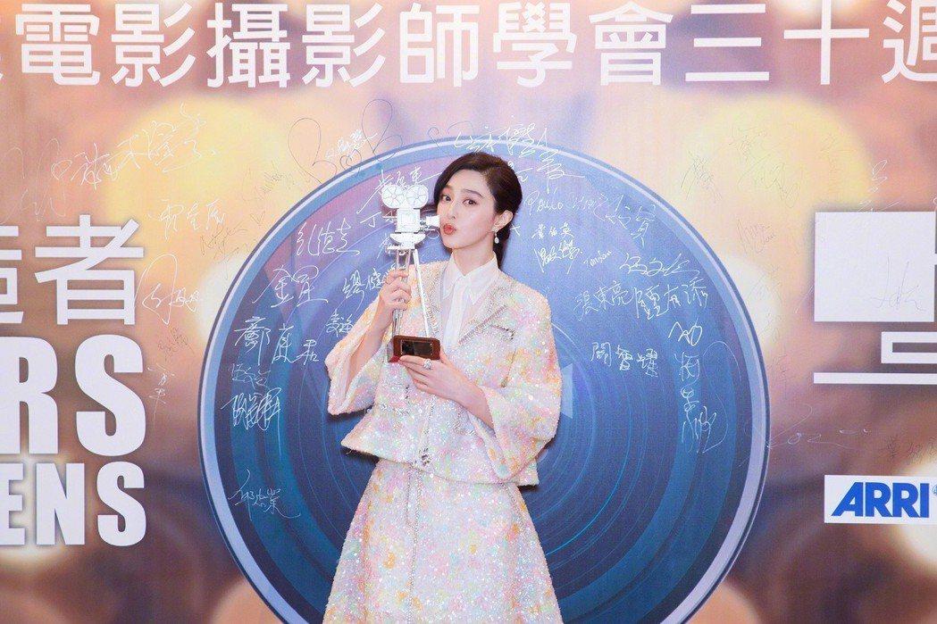 范冰冰配戴De Beers鑽石珠寶華麗岀席香港專業電影攝影師學會三十周年晚宴。圖...