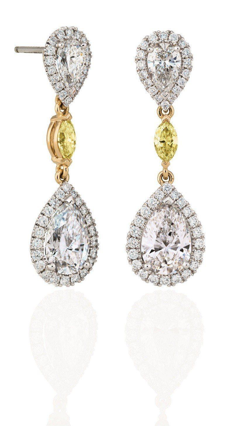 De Beers Aura 鑽石耳環 這款光環耳環的每一顆鑽石都充滿靈氣和光芒...