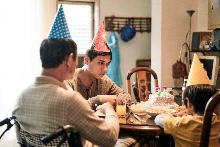 鄭人碩(左二)在「上岸的魚」演技爆發,嚇到演兒子的童星白潤音。圖/海鵬提供
