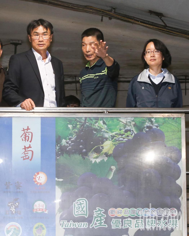 北農總經理吳音寧(中)與農委會副主委陳吉仲(右)晚上到台北農產運銷公司視察,並舉...