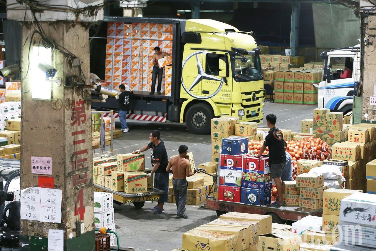 台北果菜批發市場蔬菜陸續到貨,工人忙著裝卸。記者陳柏亨/攝影