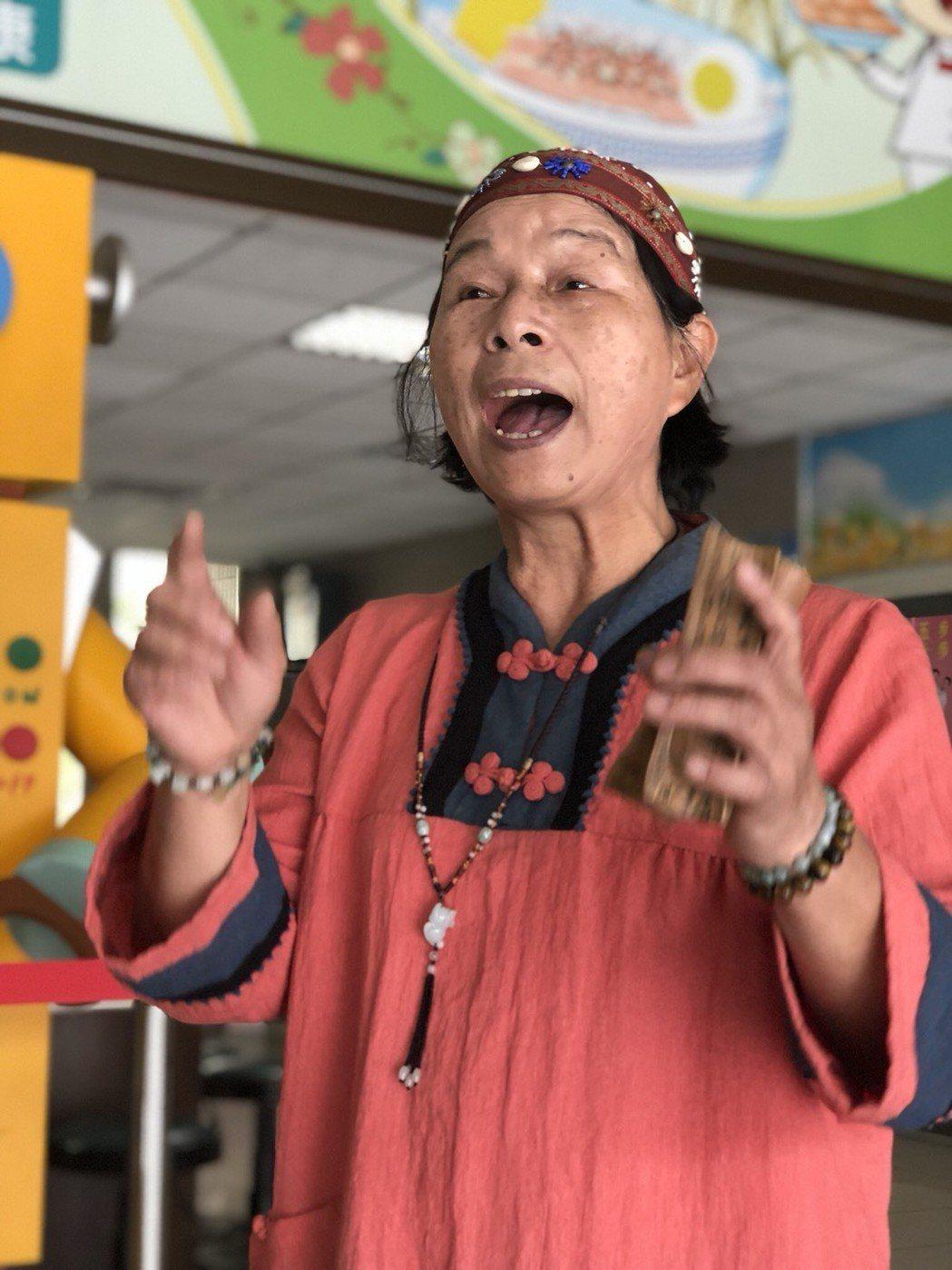 人稱「賴阿夷」的賴秀切,長期擔任社區健康營造中心志工隊長,教唱打竹板說俚語,相當...