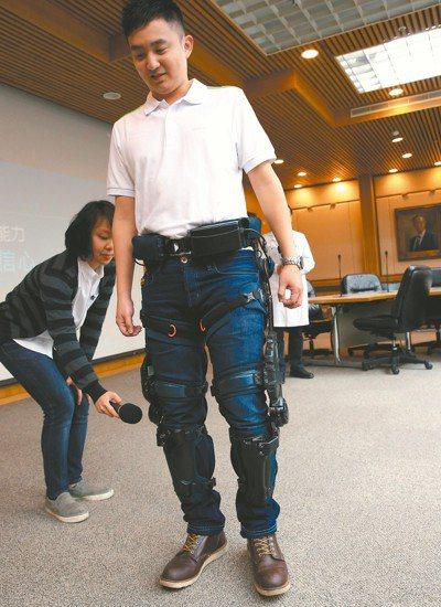 台大醫院與緯創醫學科技合作,以智慧外骨骼機器人協助中風患者復健。 記者林俊良/攝...