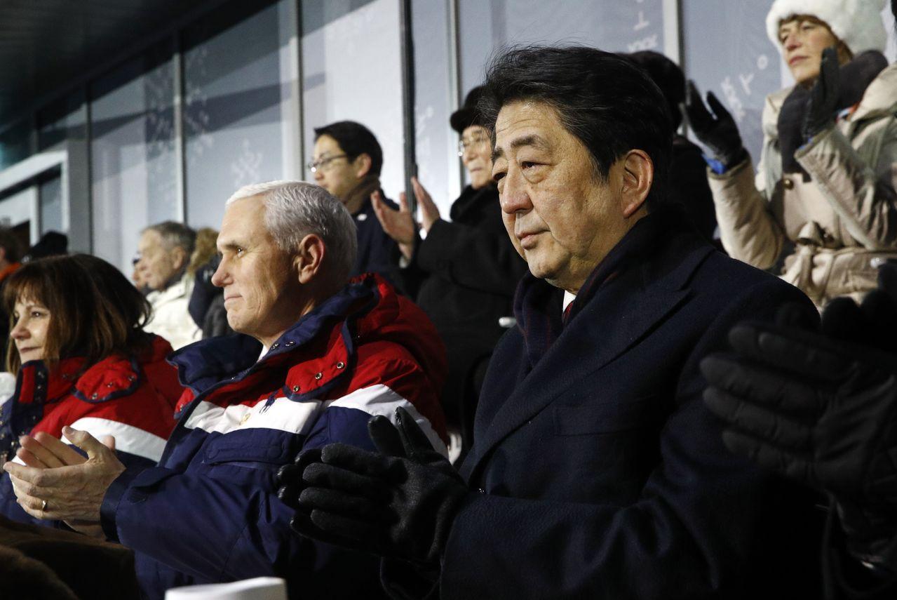 南北韓峰會讓日方措手不及,日相安倍晉三(右)召官員研商因應。圖為安倍出席平昌冬奧...