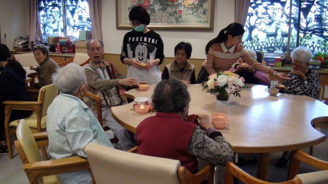 中華聖母基金會開辦的「聖愛家園失智症日間照顧中心」,目前有廿四名長輩,有三分之一...