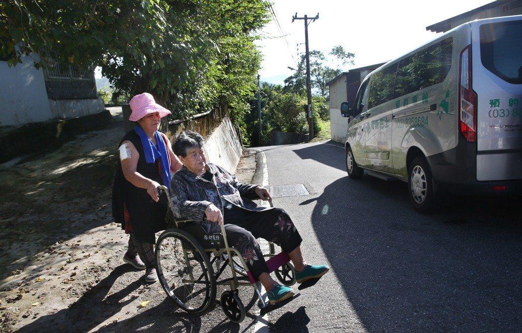花蓮縣秀林鄉文蘭村重光部落、今年88歲的依仰阿嬤,罹患多重慢性病,距離市區門諾等...
