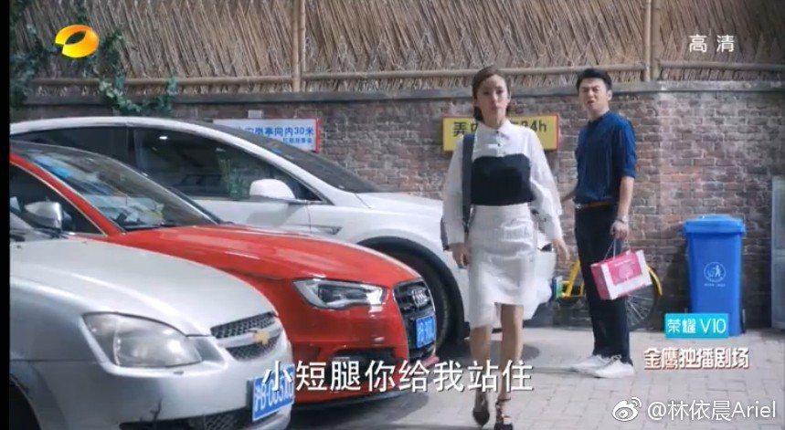 林依晨(左)劇中遭雷佳音虧「小短腿」。圖/擷自林依晨微博