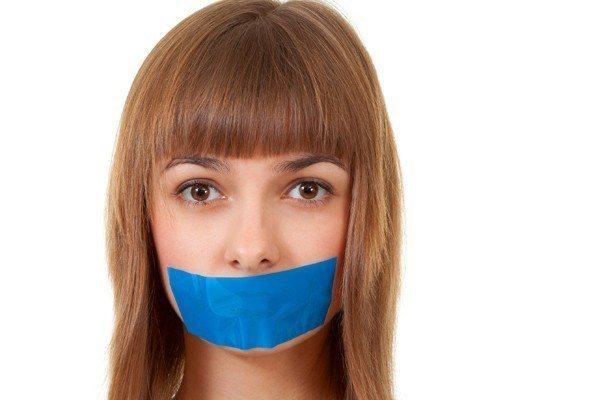 示意圖。女子被楊男持刀控制行動後,嘴巴也被貼上痠痛貼布摀住。圖/ingimage