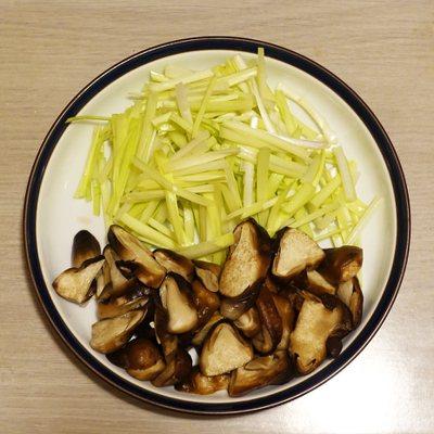 草菇和韭黃是主要材料。圖/太陽臉
