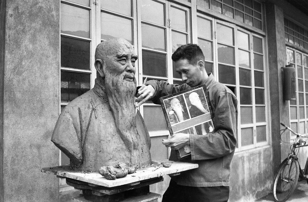 于右任雕像曾擺放於玉山山頂。當年的製作者是藝術家陳一帆(右)。圖/聯合報系資料照...