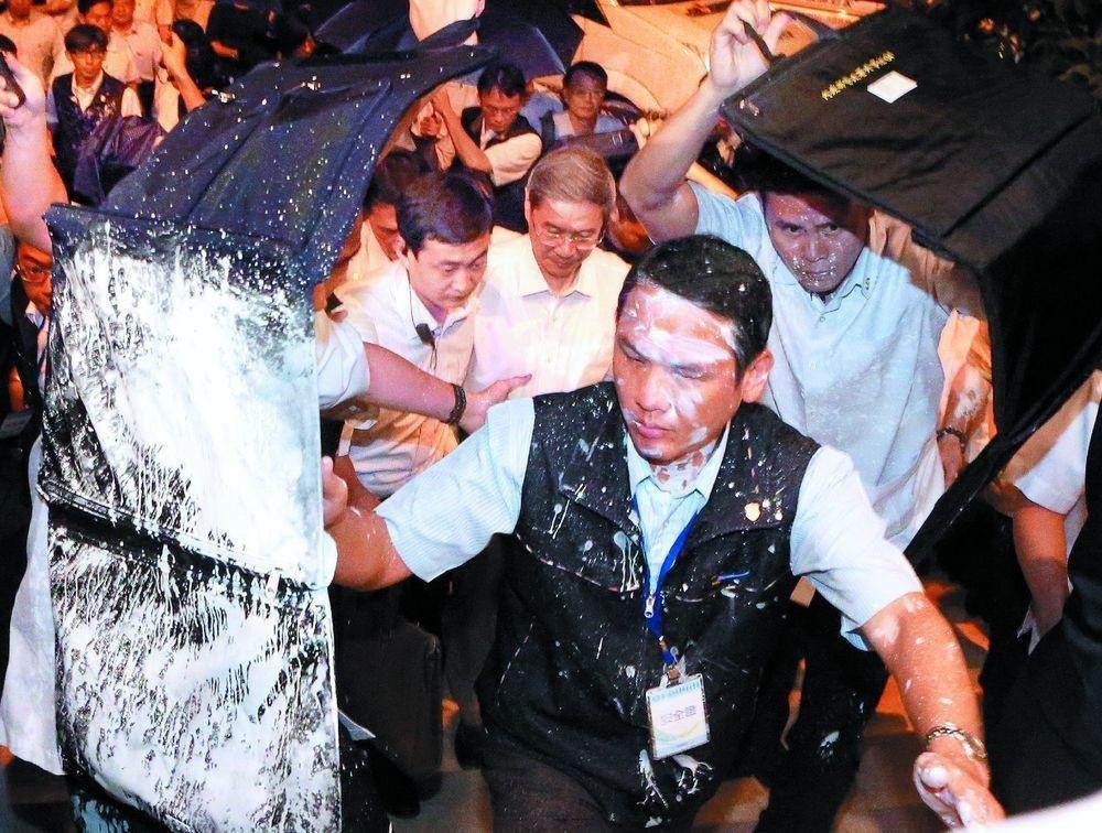 大陸國台辦主任張志軍(中)當年來台,維安人員被抗議民眾潑漆。圖/聯合報系資料照片