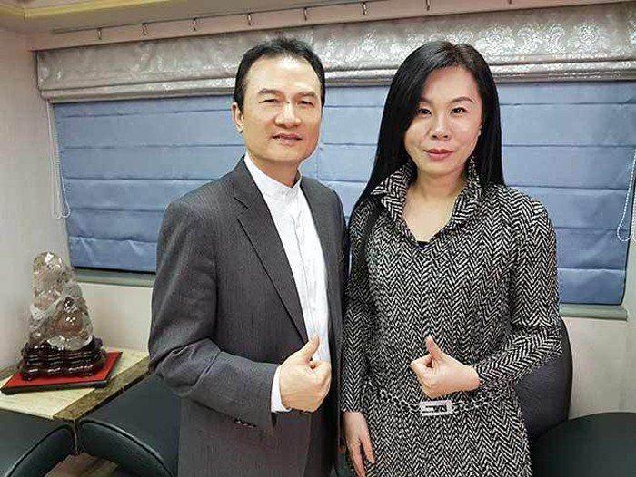 理財周刊發行人洪寶山(左)、黃曲欣(右)