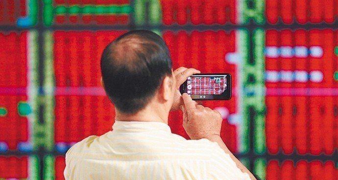 美股那斯達克與費半指數昨日收紅,費半指數更連兩日創新高,使得台股今日以紅盤開出後...