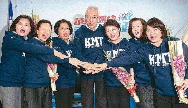 國民黨上午舉行「國民新女力、加油我挺女」記者會,吳敦義主席(中)率領六位女性縣市...