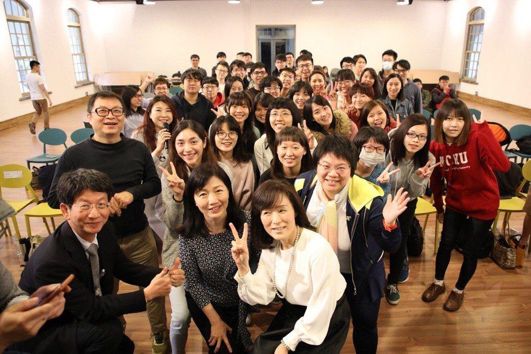 台灣微軟公司與教育部等單位合作,8日在成功大學舉辦「Ada Workshop:科...