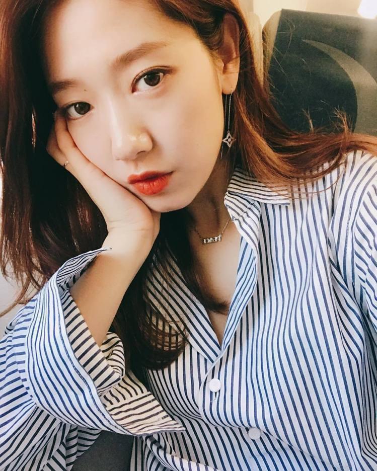 韓國女星朴信惠從小出道以來與許多男星合作,堪稱螢幕上的「男神收割機」。