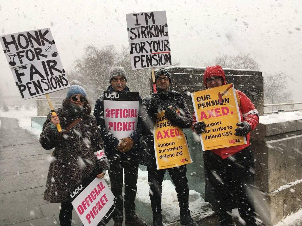 「為了你的退休金而戰」,在大風雪中響應罷工的行動者們。 圖/<a href=