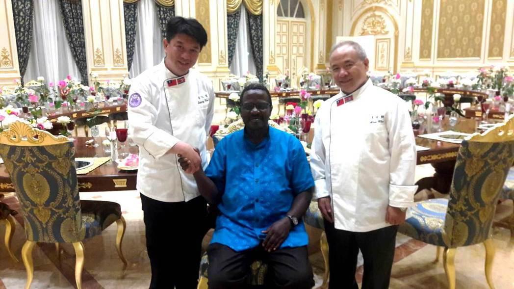 明道大學餐旅系教授黃汶達(左)和王兆勳(右)負責史瓦濟蘭皇家宴會點心部分,獲皇室...