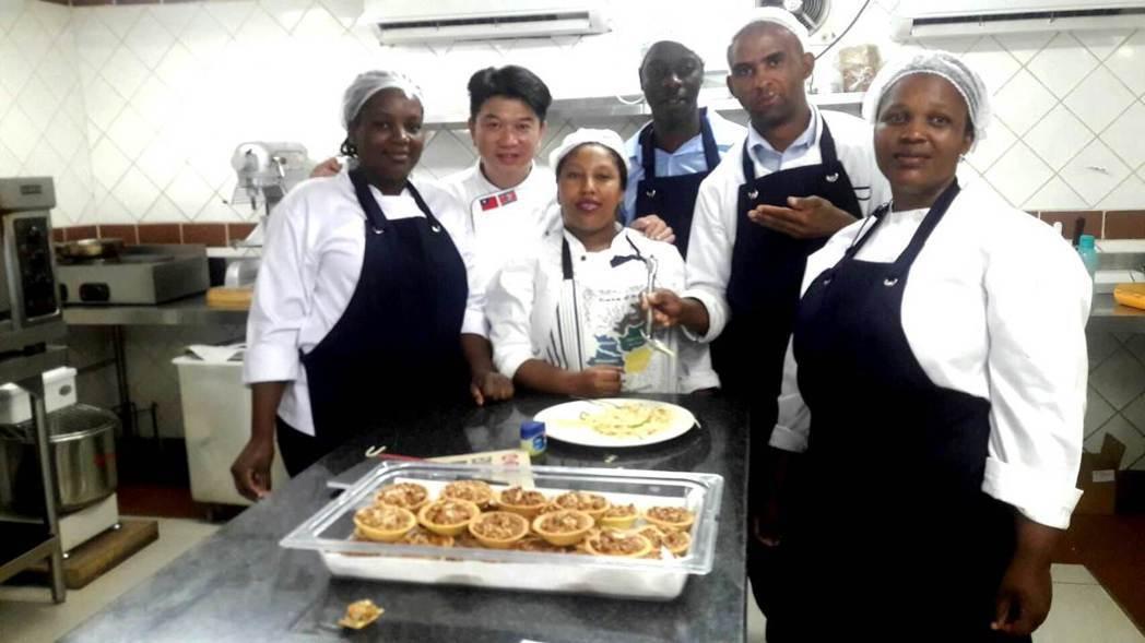 明道大學餐旅系黃汶達教授(左二)與史瓦濟蘭御廚交流廚藝。 明道大學/提供。