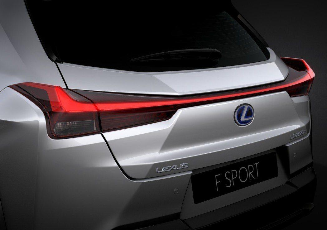 由120顆LED燈所組成的一體成形尾燈。 摘自Lexus