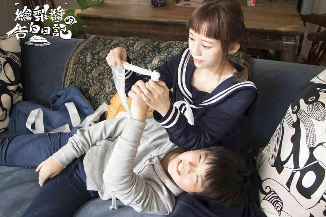 飾演翔太的小童星「小綠豆」與紀卜心對戲。圖/鑫盛傳媒提供