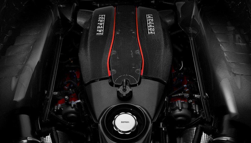 488 Pista搭載強化後的3.9 升V8 雙渦輪引擎,搭配 F1 七速雙離合變速箱後,最大馬力達720匹/78.52公斤米。 摘自 Ferrari