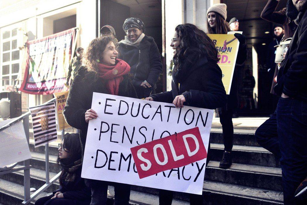 教師退休金變相被砍,高教市場化遭諷「教育、退休金、民主,已售罄」。 圖/路透社