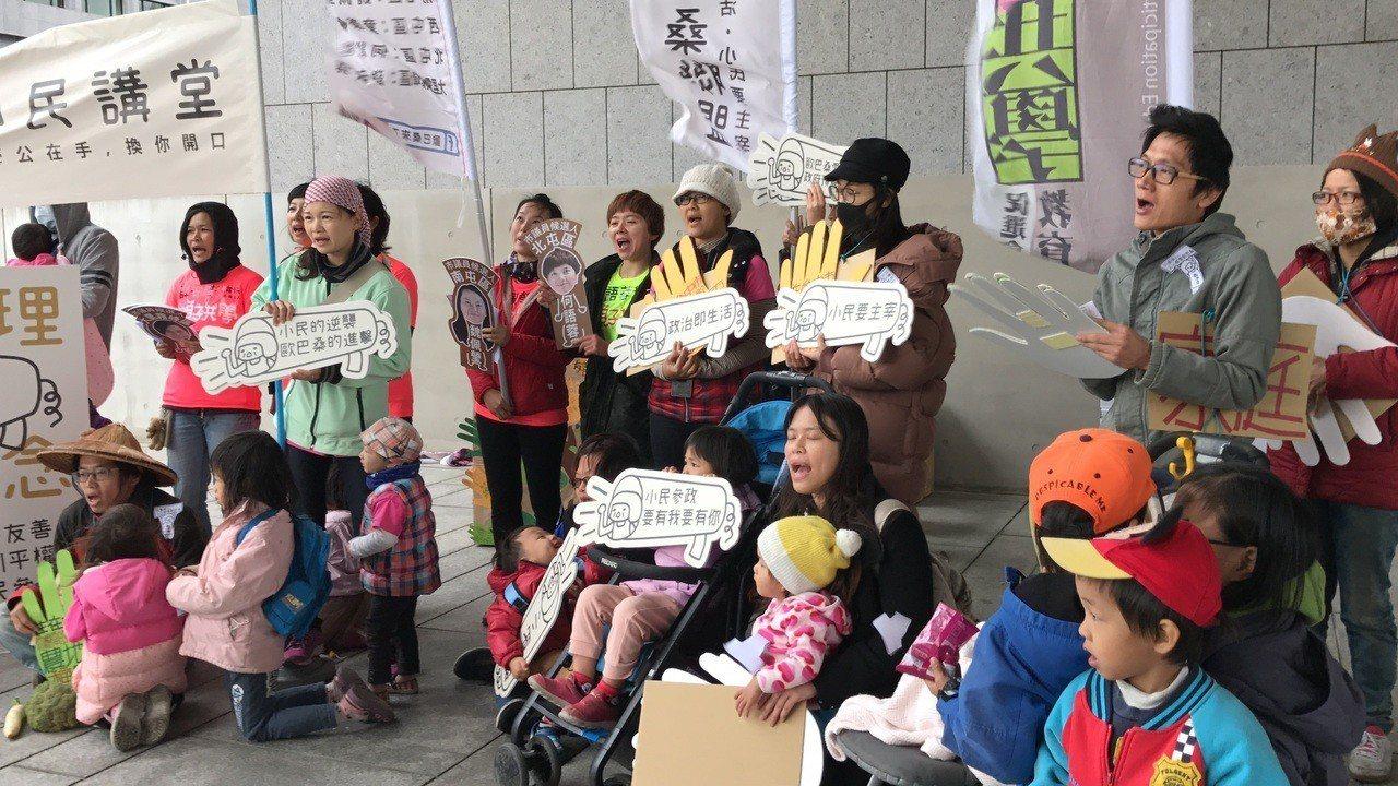 歐巴桑聯盟宣布推出5位參選人,現場孩子一起參與。 記者陳秋雲/攝影