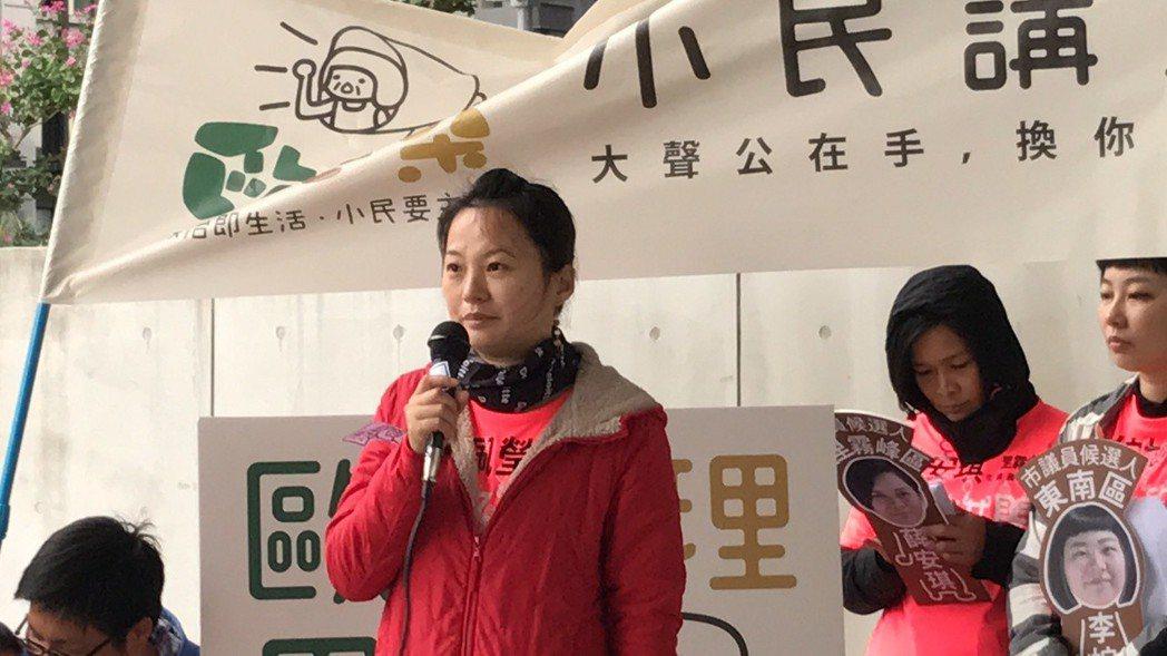 歐巴桑素人魏佩瑩講參政理念,緊張到忘詞。 記者陳秋雲/攝影