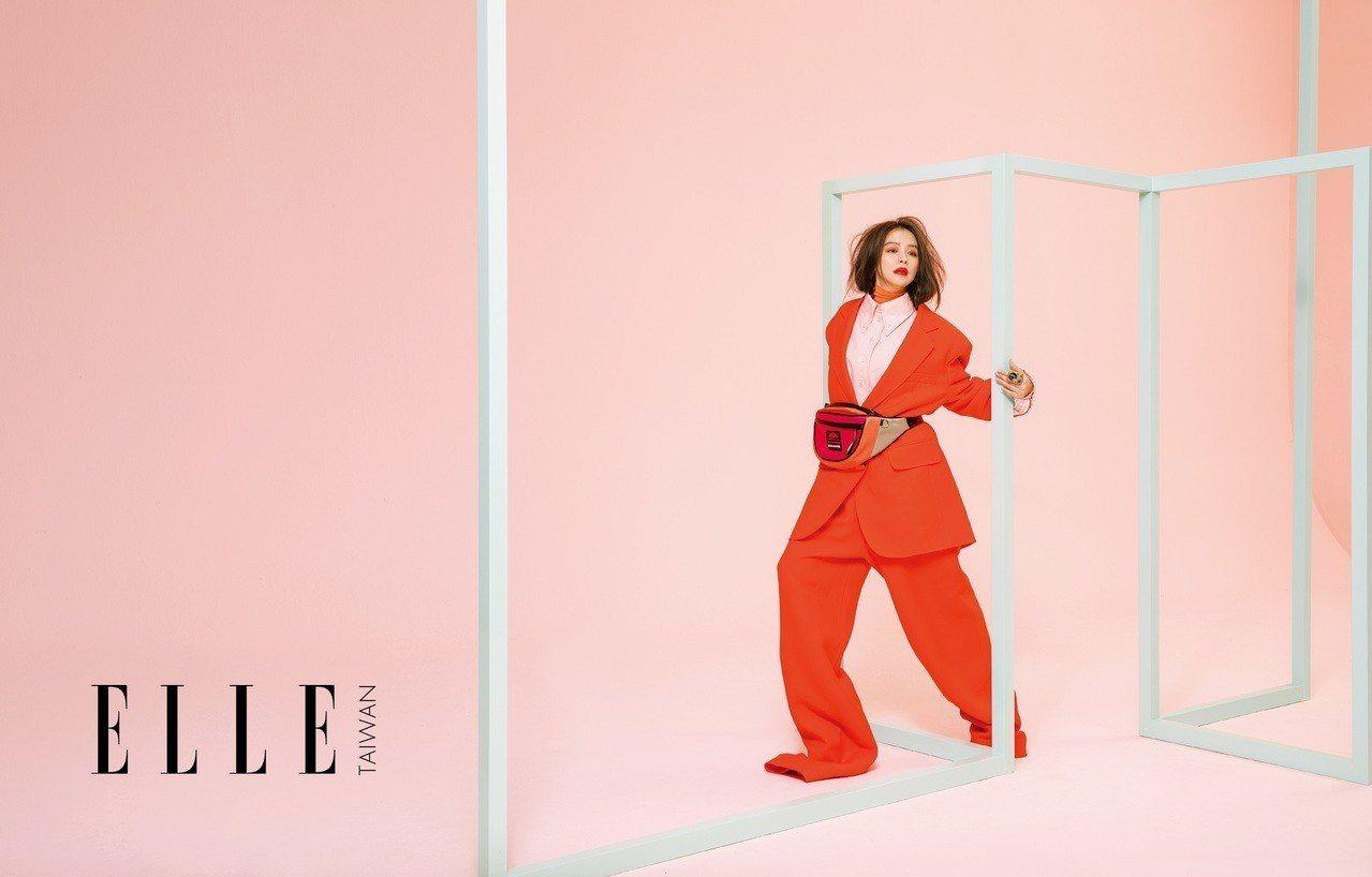 褶皺高領打底衫、粉色襯衫、墊肩西裝外套、落地寬褲、拼色復古腰包(ALL BY M...