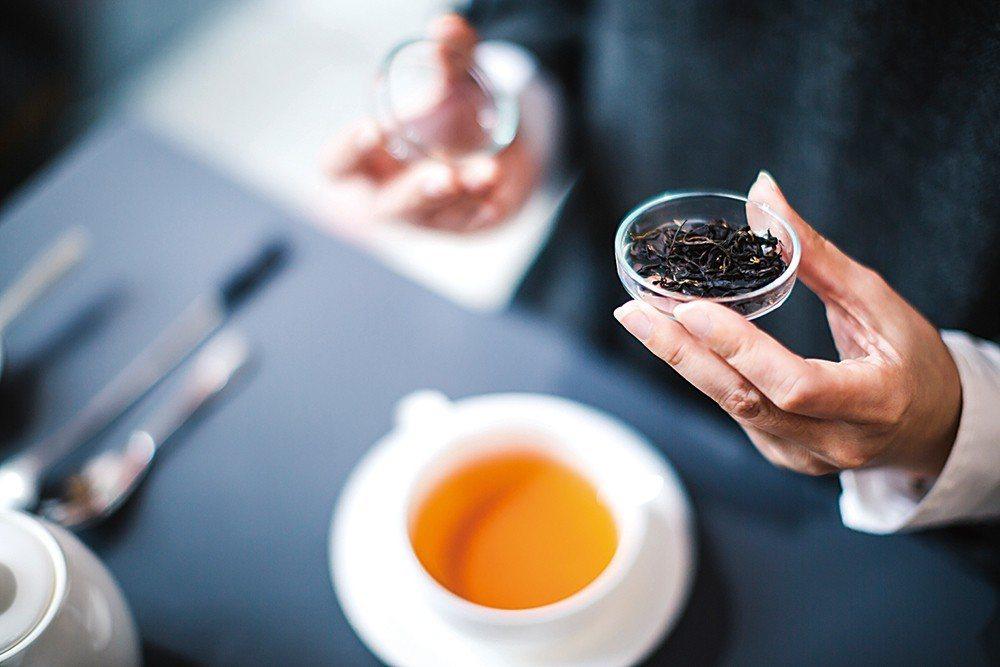 到各地旅行時,葉怡蘭也會造訪特色茶舖,掌握最新茶趨勢。