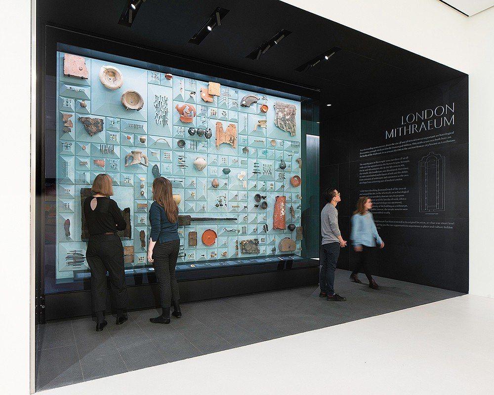 進入London Mithraeum時,會先看見一大面陳列文物的玻璃牆面。