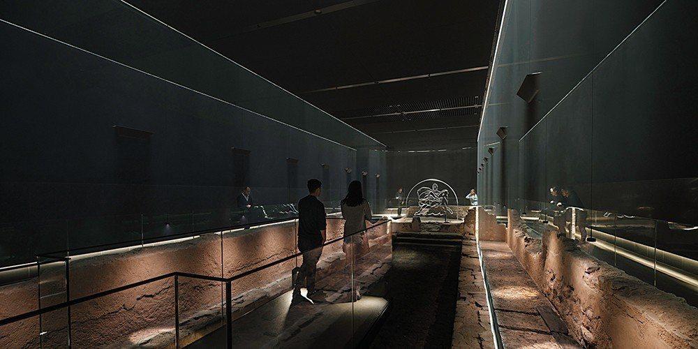 長條型的幽暗空間,讓旅客彷彿回到世紀初的祭典現場。