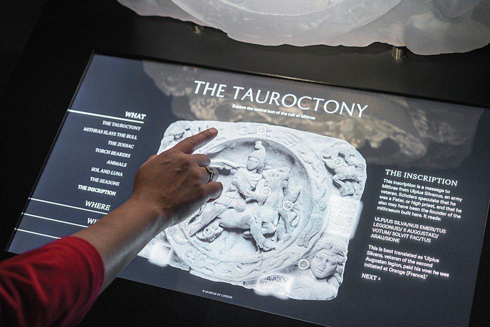透過觸碰式螢幕提供觀看者更多關於文物的訊息。Jake Barton認為很少有人能...